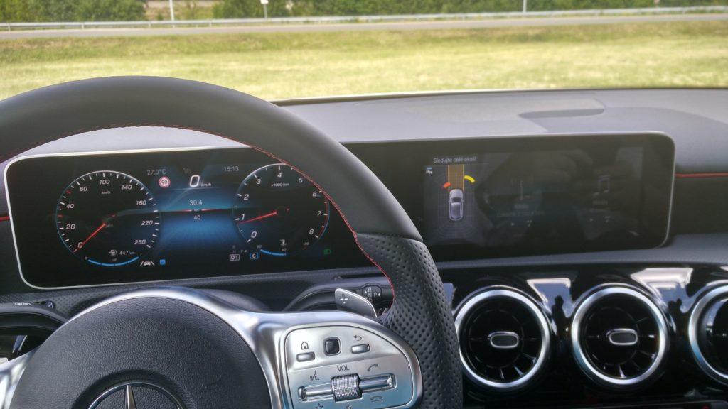 Palubná doska s novým multimediálnym systémom v novom Mercedese-Benz triedy A 2018