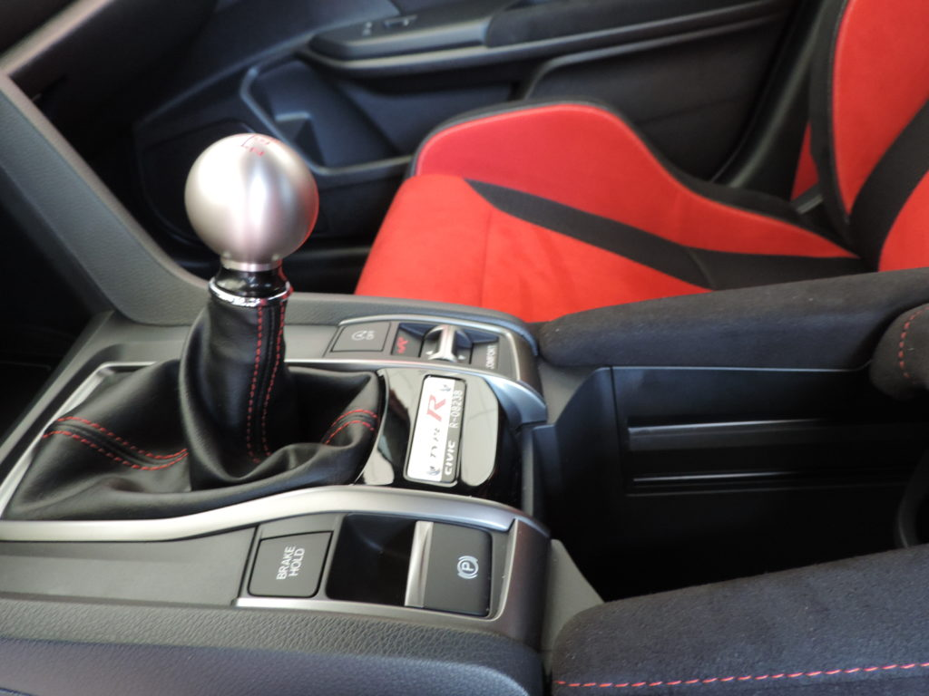 Stredová konzola 2018 Honda Civic Type R s hliníkovóu guľou navrchu