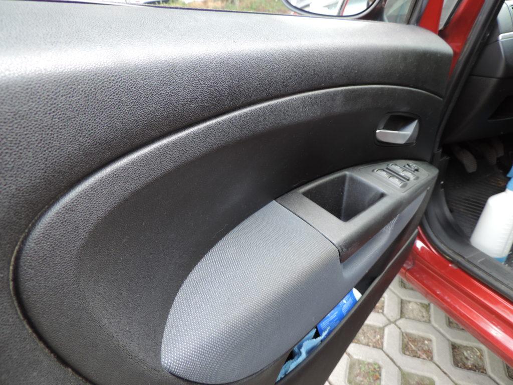 Vnútorná strana dverí na automobile