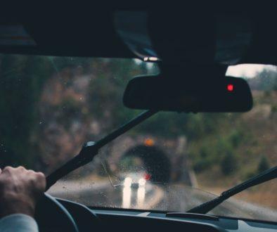 Nemrznúca zmes pomáha vyčistiť čelné sklo na aute