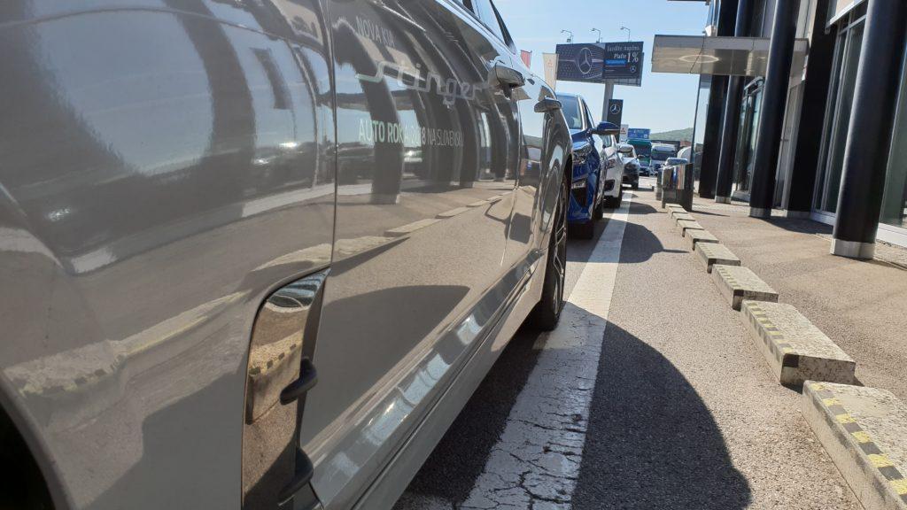 Bočný pohľad na vozidlá Kia zaparkovaných zasebou