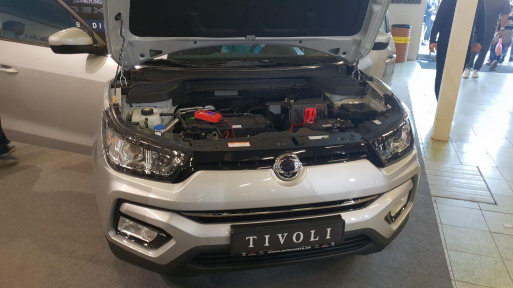 Pohľad na prednú časť a motor automobilu SSang Yong Tivoli