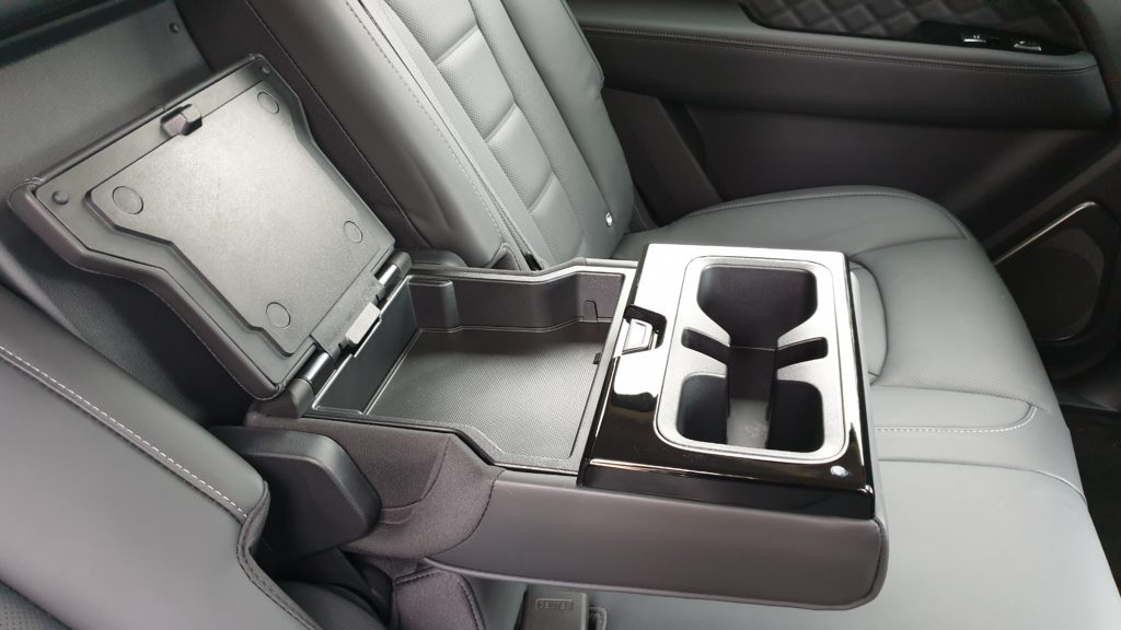 SSangYong Rexton test lakťová opierka pre cestujúcich na zadných sedadlách